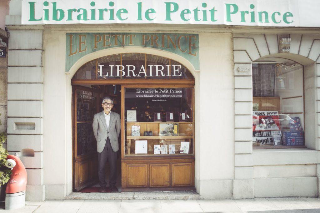 Nobuo Naito devant sa librairie dans la vieille ville de Morges