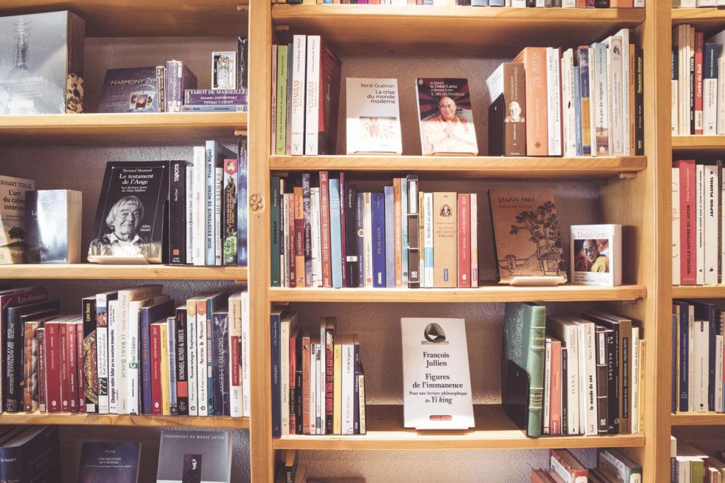 Livres sur la spiritualité en rayon dans la librairie Le Petit Prince à Morges