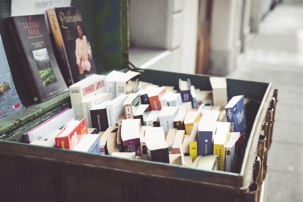 Une vieille valise remplie de livres d'occasion à Morges